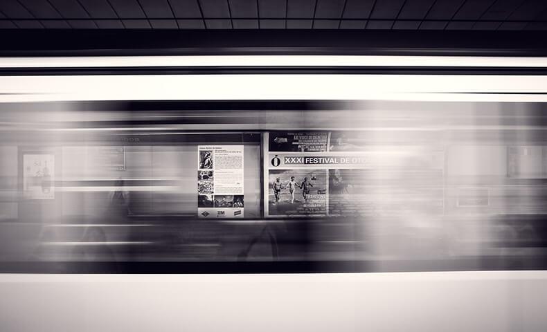 駅に掲示されるポスター